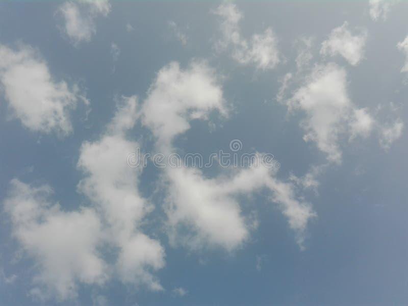 Cielo azul de la mañana con las nubes del whitey imagen de archivo libre de regalías
