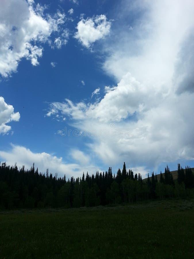 Cielo azul de la montaña foto de archivo libre de regalías