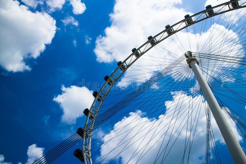 Cielo azul de la noria y de la nube imagenes de archivo