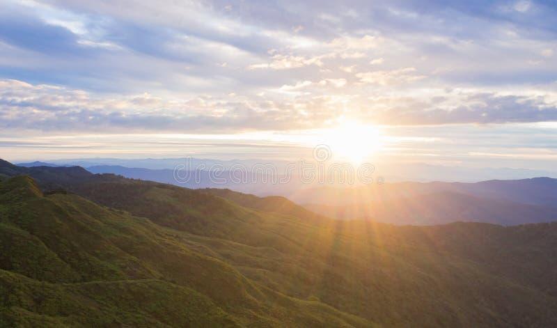 Cielo azul de la nube de la salida del sol de la montaña del paisaje en el parque nacional Phayao Tailandia de Phu Langka foto de archivo libre de regalías