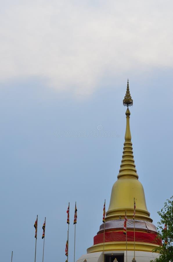Cielo azul de la pagoda de oro imagenes de archivo