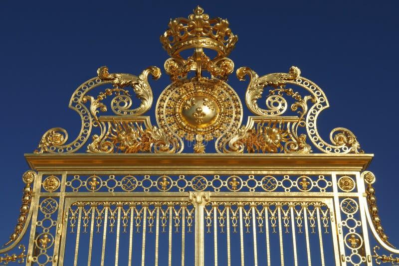 Cielo azul de la puerta de oro de Ornated del claro majestuoso del againt fotografía de archivo