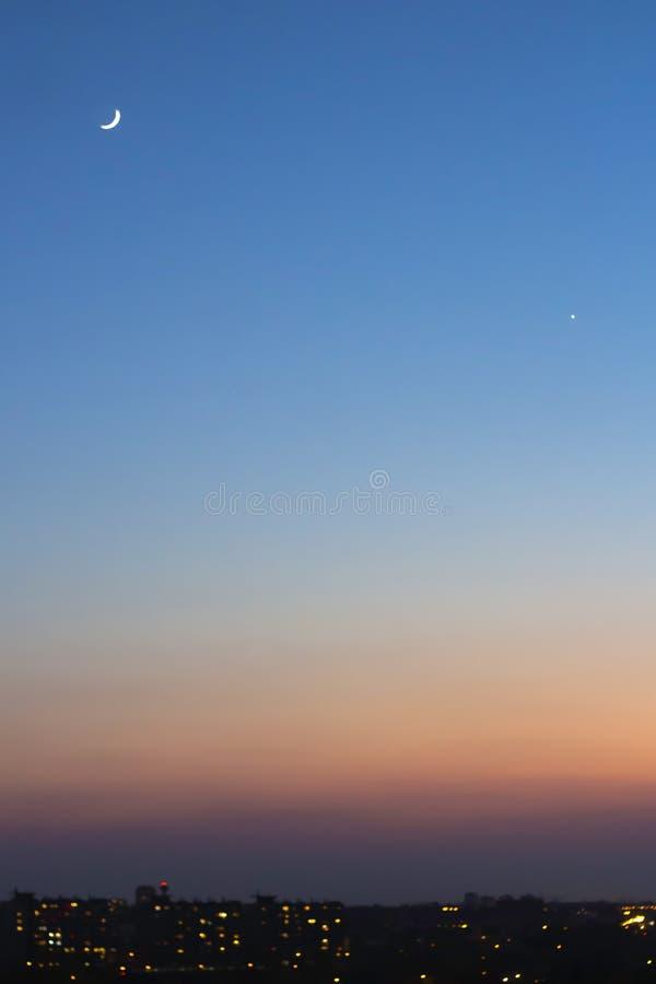 Cielo azul de la puesta del sol con el creciente fotos de archivo libres de regalías