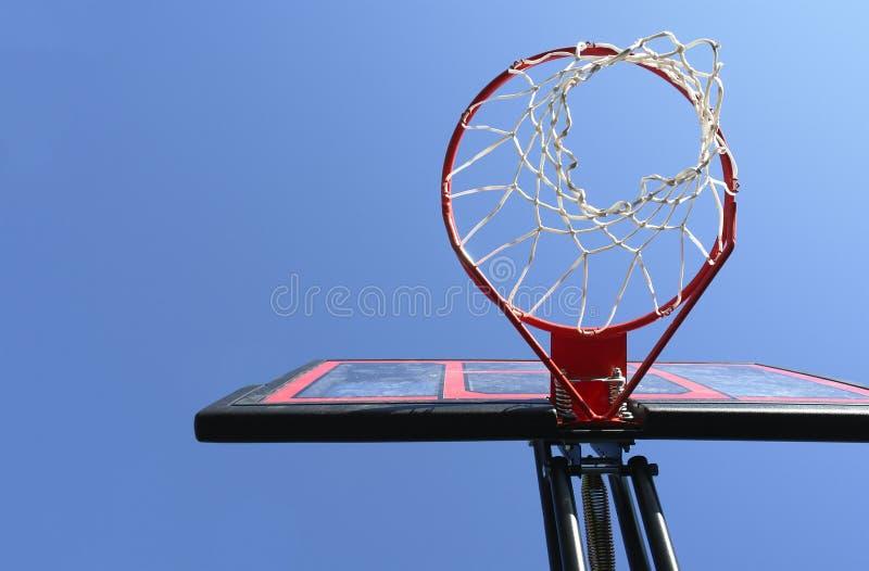 Cielo azul de la red del aro de baloncesto fotografía de archivo