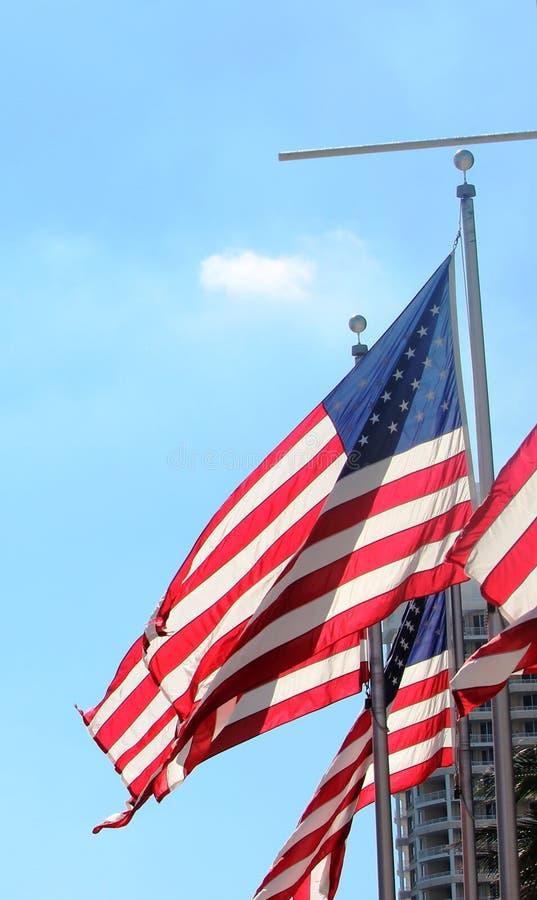 Cielo azul de las banderas imagenes de archivo