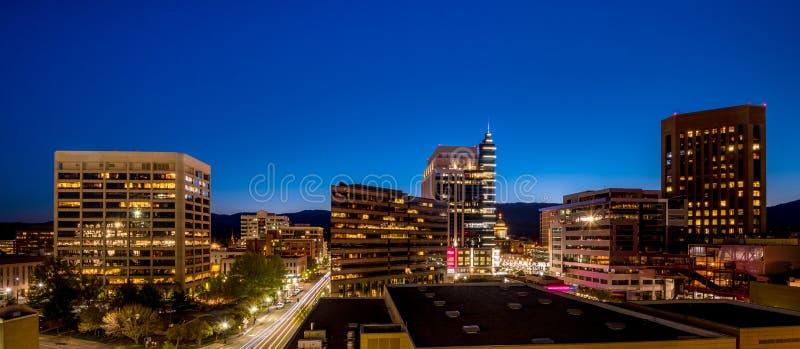 Cielo azul de las noches sobre el horizonte de la ciudad de Boise Idaho fotografía de archivo