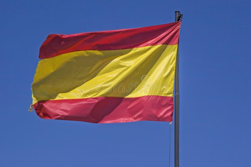 Cielo azul de los agains españoles de la bandera nacional fotos de archivo libres de regalías