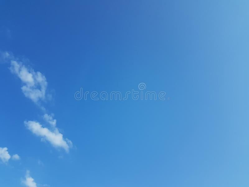 Cielo azul del cloudscape del verano con el fondo en blanco vacío natural de la atmósfera nublada de las nubes imágenes de archivo libres de regalías