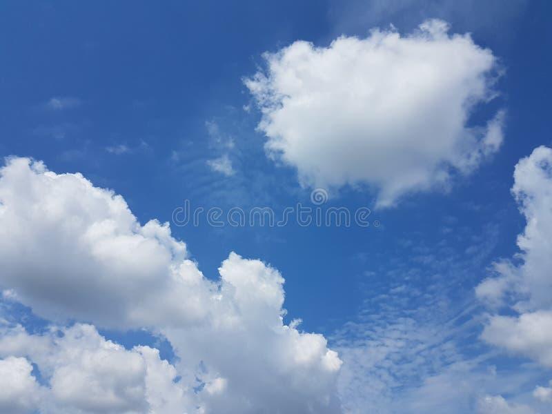 Cielo azul del cloudscape del verano con el fondo en blanco vacío natural de la atmósfera nublada de las nubes fotografía de archivo