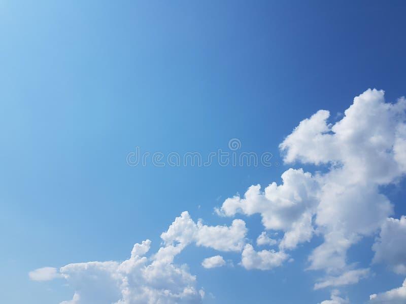 Cielo azul del cloudscape del verano con el fondo en blanco vacío natural de la atmósfera nublada de las nubes fotos de archivo