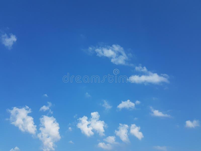 Cielo azul del cloudscape del verano con el fondo en blanco vacío natural de la atmósfera nublada de las nubes imagenes de archivo
