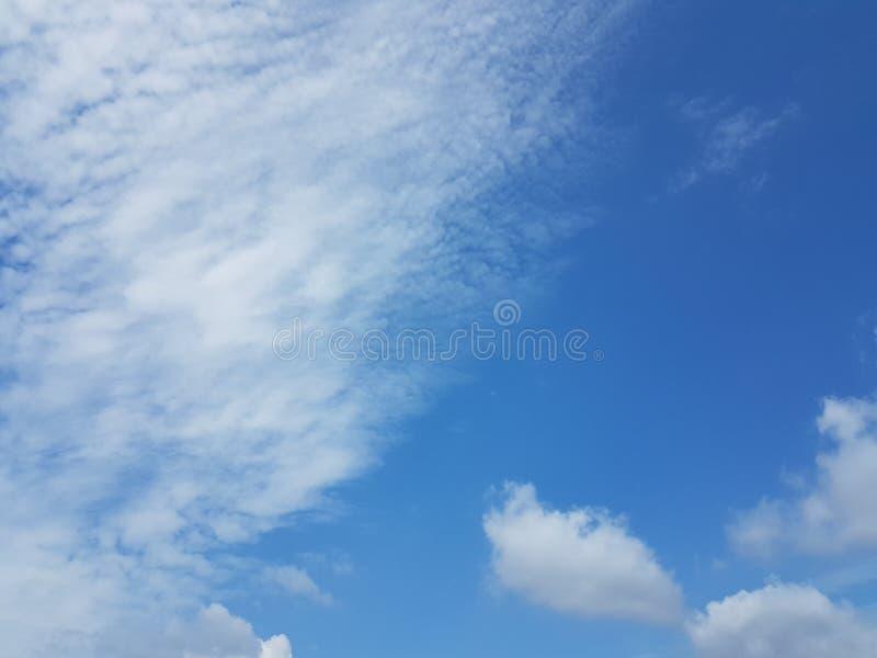 Cielo azul del cloudscape del verano con el fondo en blanco vacío natural de la atmósfera nublada de las nubes imagen de archivo libre de regalías