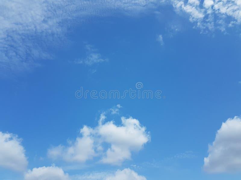 Cielo azul del cloudscape del verano con el fondo en blanco vacío natural de la atmósfera nublada de las nubes fotos de archivo libres de regalías
