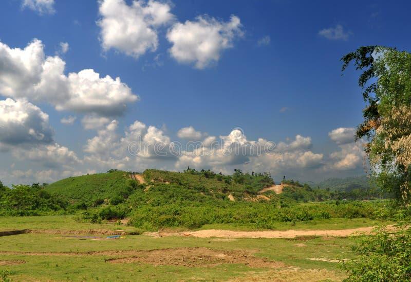 Cielo azul del paisaje con las nubes mullidas fotografía de archivo