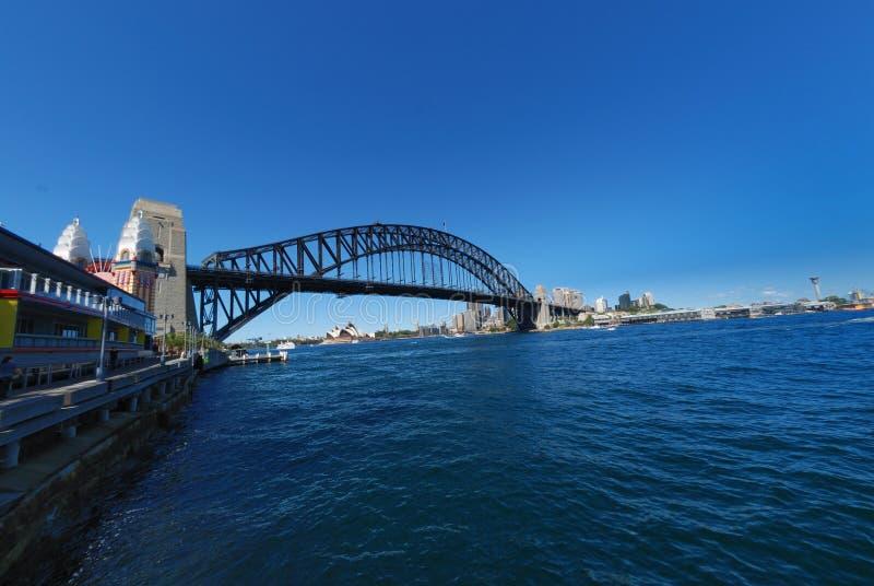 Cielo azul de Sydney Harbour Bridge foto de archivo