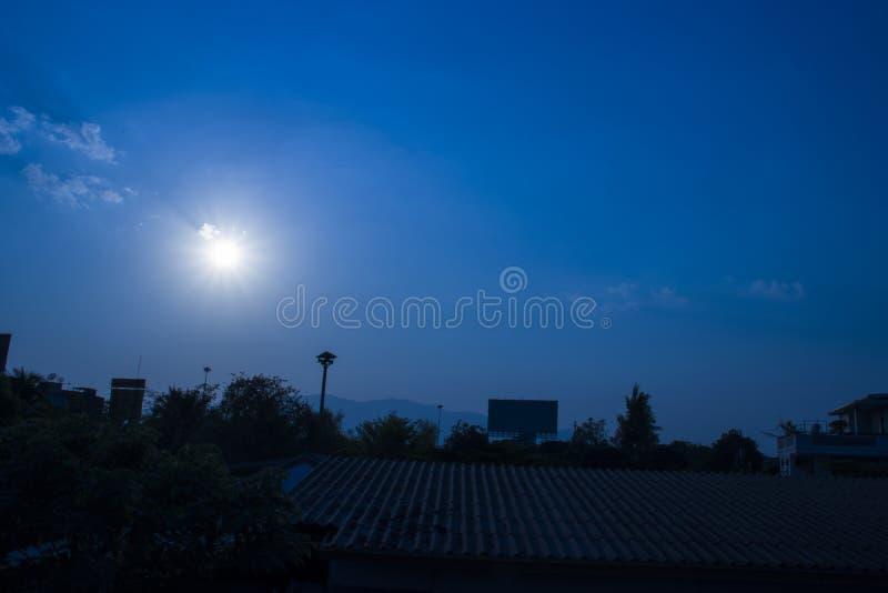 Cielo azul del sistema del sol con la ciudad, vista aérea de la puesta del sol dramática y salida del sol/cielo azul en Chingmai  foto de archivo libre de regalías