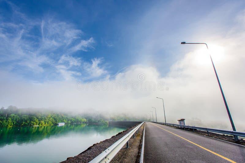 Cielo azul en el camino de la presa fotos de archivo libres de regalías