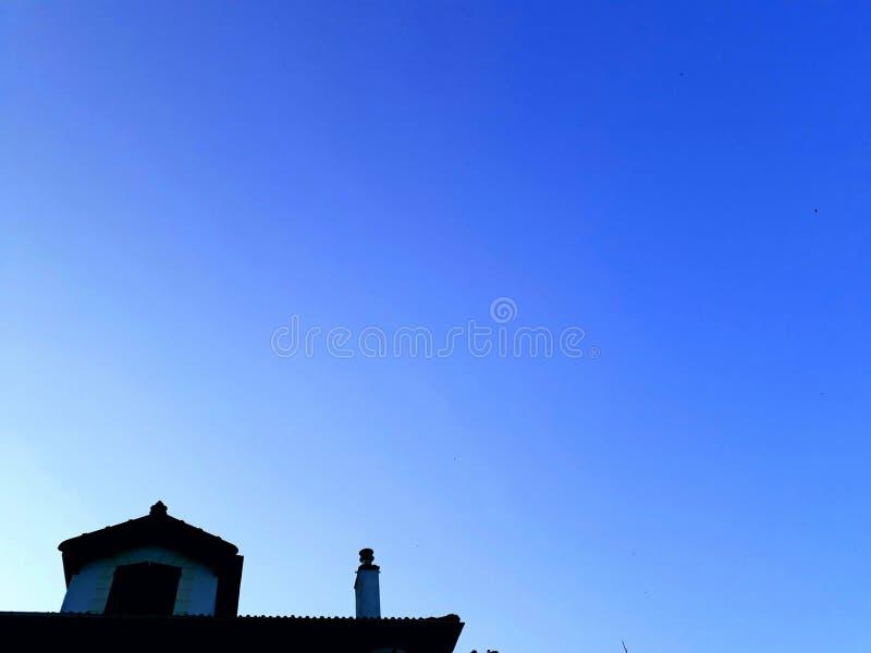 Cielo azul en una ciudad fotos de archivo libres de regalías