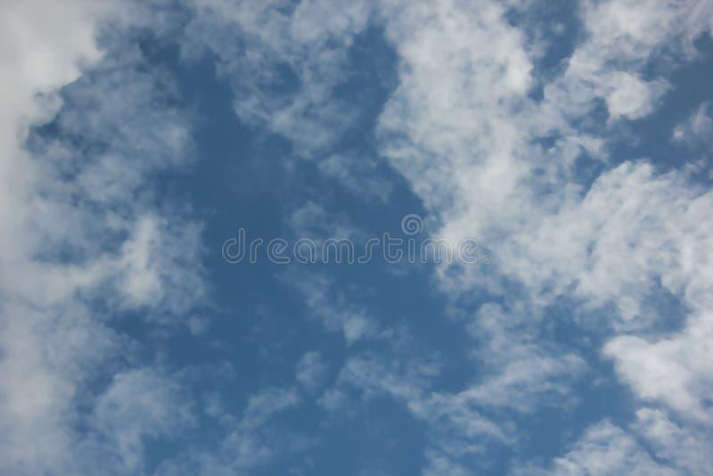 Cielo azul hermoso imagen de archivo