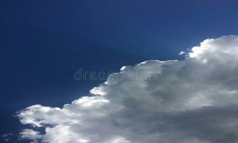 Cielo azul hermoso foto de archivo