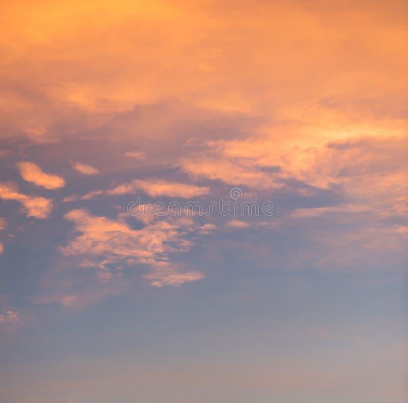 Cielo azul hermoso colorido con el fondo de la formación de la nube fotos de archivo