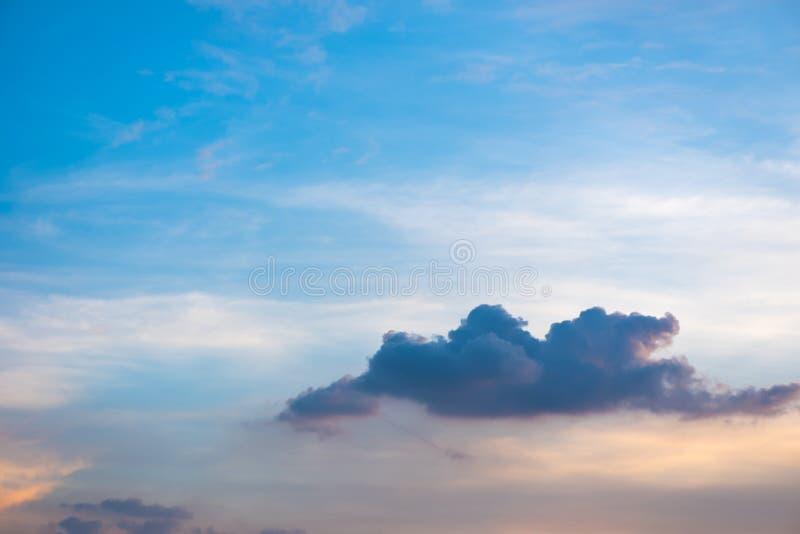 Cielo azul hermoso colorido con el fondo de la formación de la nube foto de archivo libre de regalías