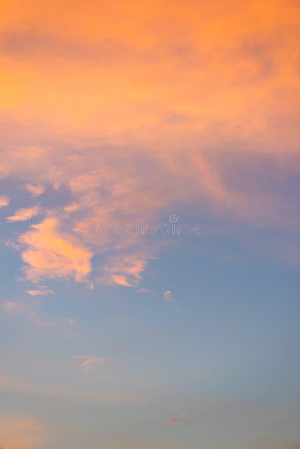 Cielo azul hermoso colorido con el fondo de la formación de la nube imagen de archivo libre de regalías
