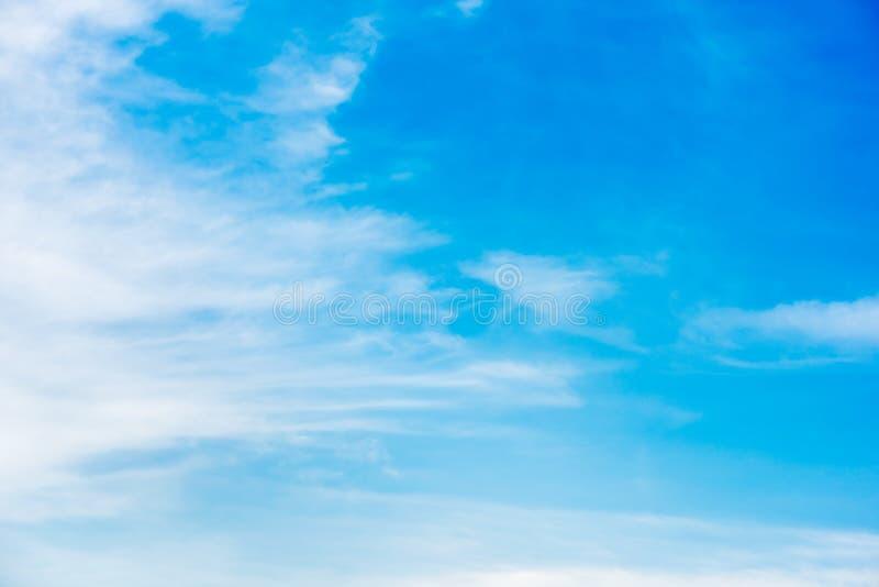 Cielo azul hermoso con el fondo de la formación de la nube foto de archivo