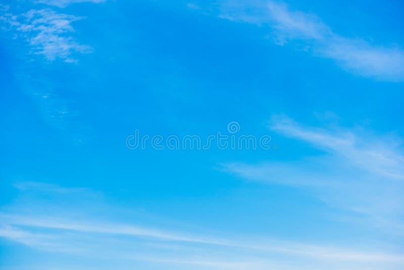 Cielo azul hermoso con el fondo de la formación de la nube fotos de archivo