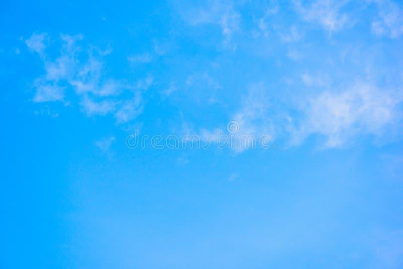 Cielo azul hermoso con el fondo de la formación de la nube fotografía de archivo