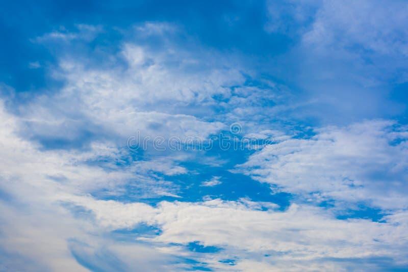 Cielo azul hermoso con el fondo de la formaci?n de la nube imágenes de archivo libres de regalías