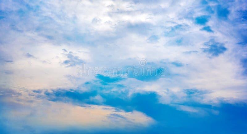 Cielo azul hermoso con el fondo de la formaci?n de la nube imagen de archivo libre de regalías