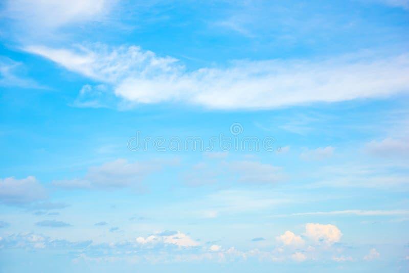 Cielo azul hermoso con el fondo de la formaci?n de la nube fotos de archivo