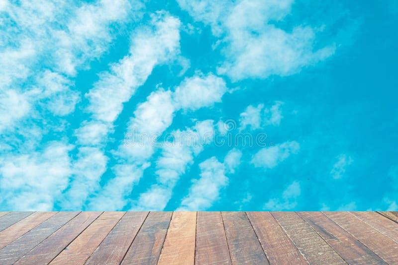 Cielo azul hermoso del escritorio de madera vacío con las nubes blancas para el fondo para el fondo Espacio en blanco para el tex foto de archivo