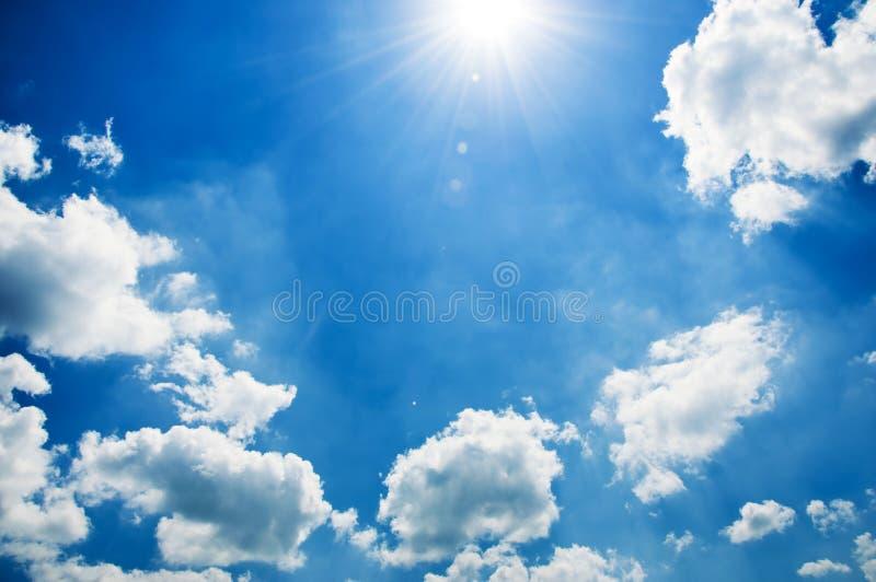 Cielo azul hermoso, lleno de nubes mullidas fotos de archivo