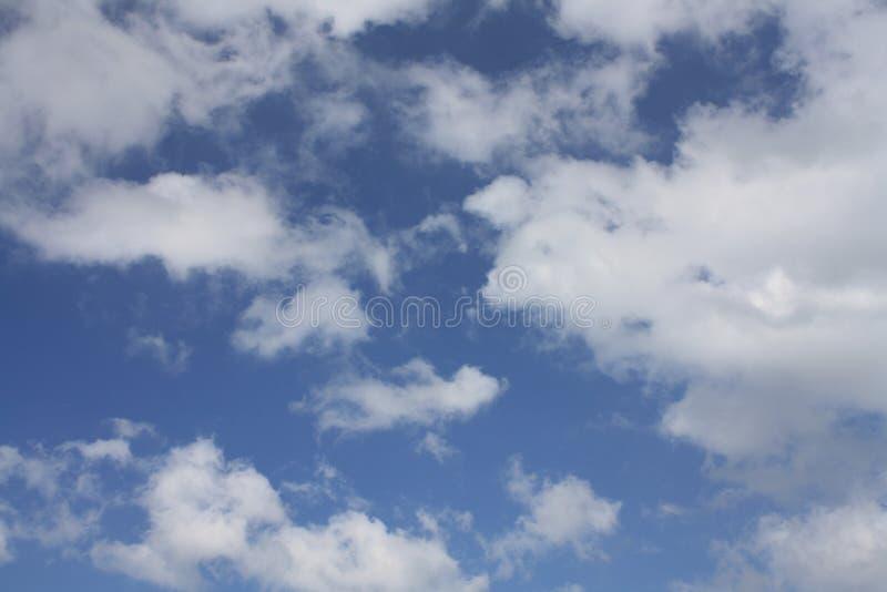 Cielo azul hermoso y nubes blancas imagenes de archivo