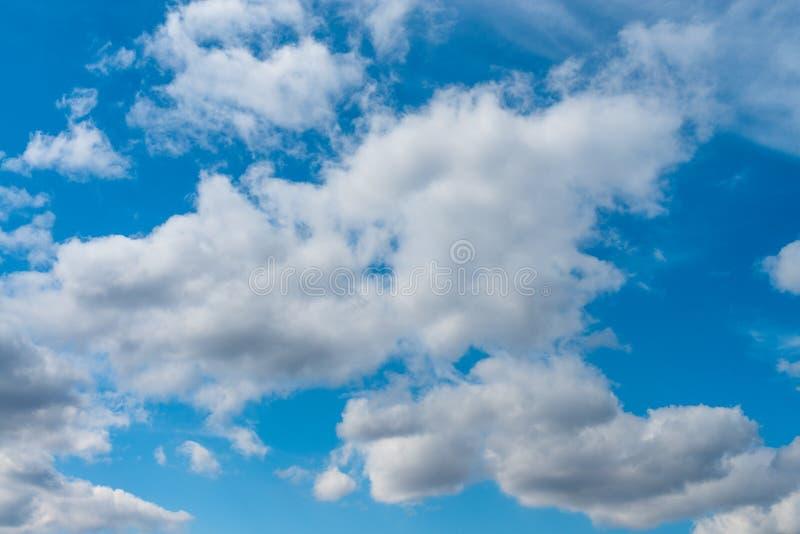 Cielo azul hermoso y nubes blancas imagen de archivo