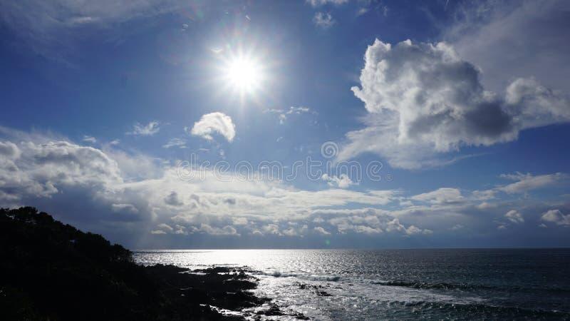 Cielo azul, luz del sol y agua fotografía de archivo libre de regalías