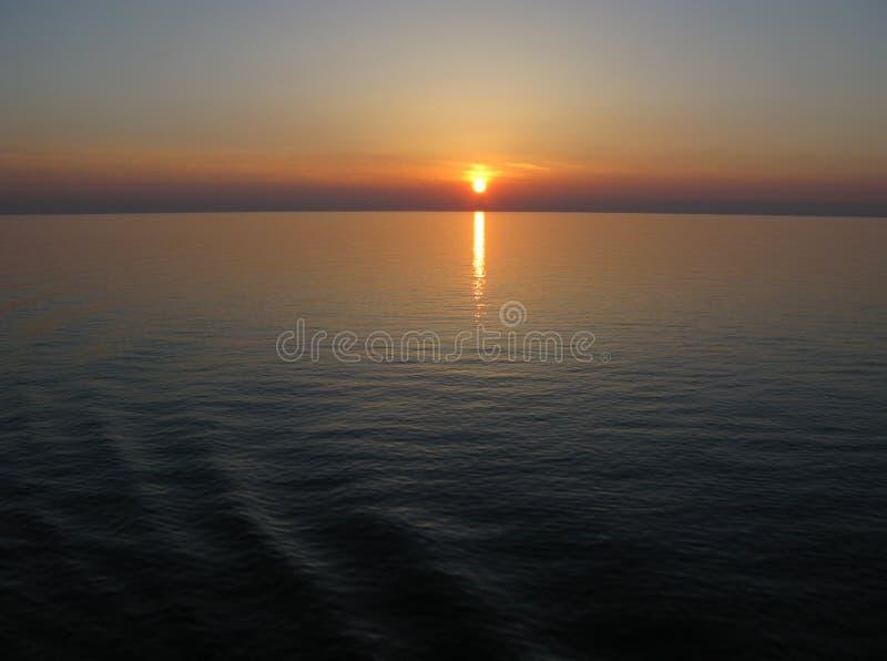 Cielo azul marino de la puesta del sol del Océano Pacífico foto de archivo libre de regalías