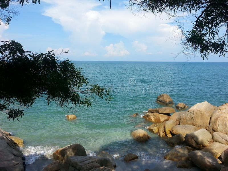 Cielo azul, nube blanca y océano verde imagen de archivo libre de regalías