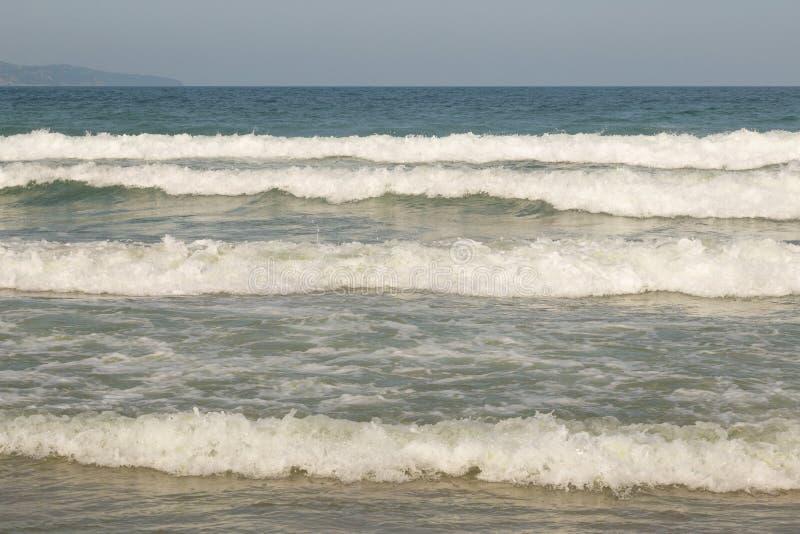 Cielo azul nublado que se va para el horizonte sobre una superficie azul del mar fotografía de archivo libre de regalías