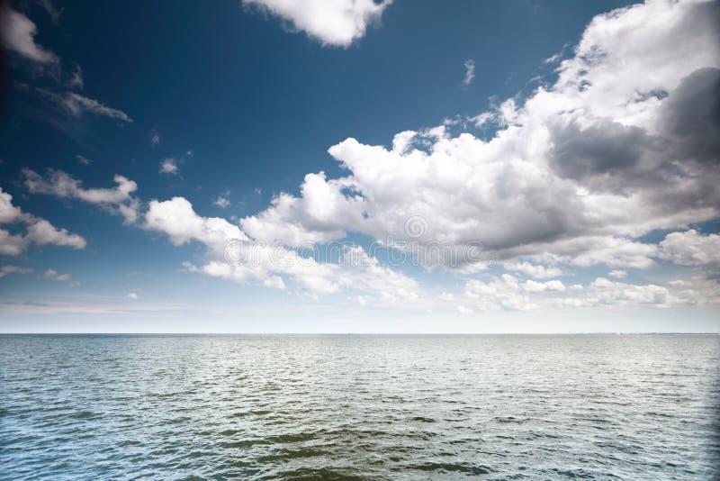 Download Cielo Azul Nublado Sobre Una Superficie Del Mar Foto de archivo - Imagen de nube, claro: 44854708
