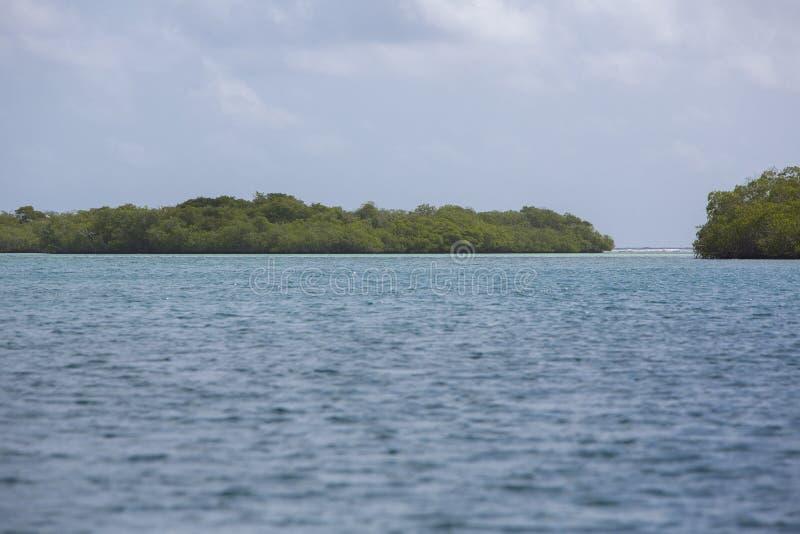 Cielo azul, océano y cayos salvajes en Morrocoy fotos de archivo libres de regalías