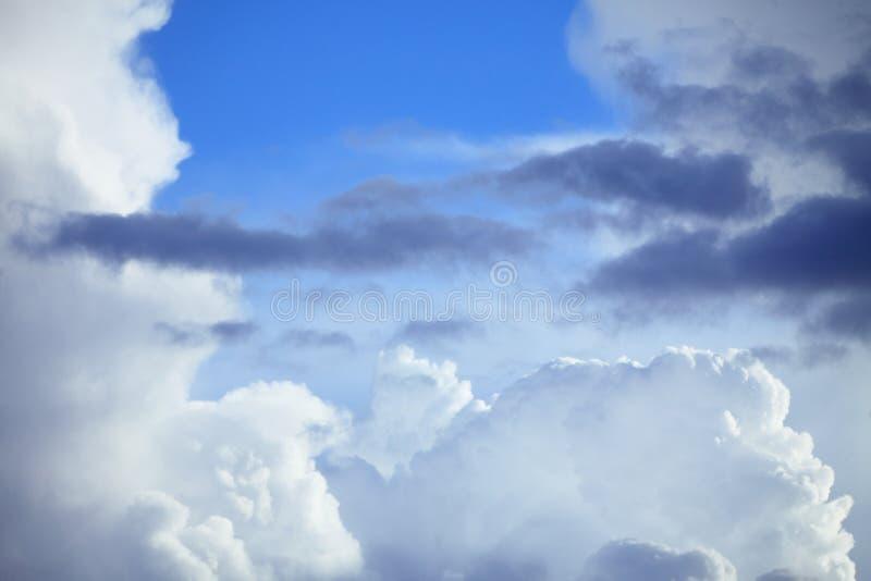 Cielo azul profundo con las nubes de tormenta antes de la lluvia imagen de archivo