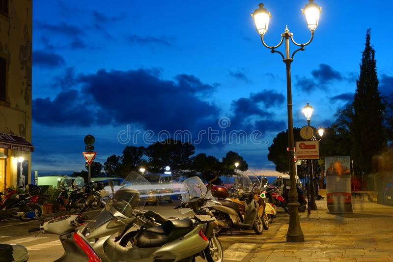 Cielo azul profundo después de la puesta del sol debajo de la ciudad toscana antigua foto de archivo