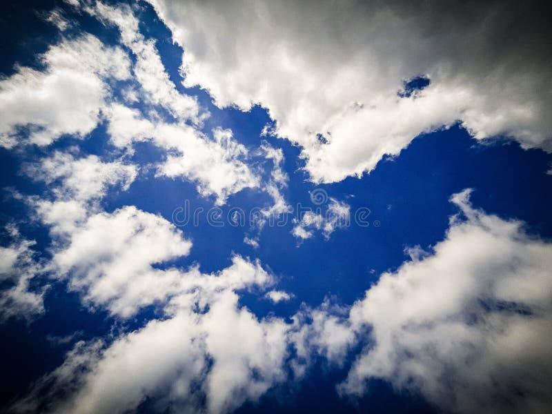 Cielo azul profundo, nubes de la vainilla, nubes blancas, abstracción fotografía de archivo