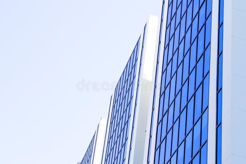 Cielo azul reflejado en lado azul del edificio imagenes de archivo