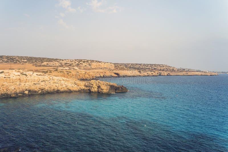 Cielo azul rocas del mar y rocas en la playa del Aphrodite chipre Mar Mediterr?neo fotos de archivo libres de regalías