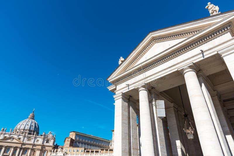 Cielo azul sobre cuadrado del ` s de San Pedro fotografía de archivo