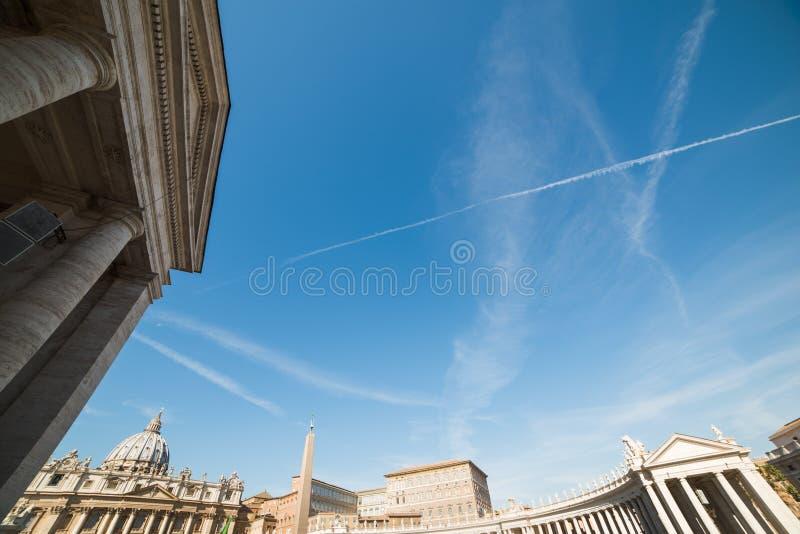 Cielo azul sobre cuadrado del ` s de San Pedro imagen de archivo libre de regalías